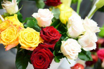 Frischer Blumenstrauß Rot, Gelb, Weiß