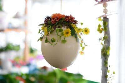 Blumenvase aus einem Ei mit Blumen