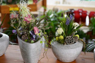 2 kleine Blumenarrangements