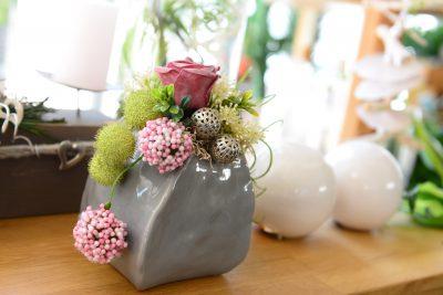 Modische Vase mit Dekorationsgegenständen