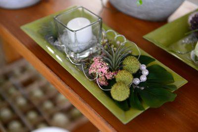 Tischdekoration mit einer Kerze